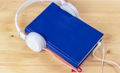 boek met hoofdtelefoon
