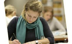 studerend meisje in de bibliotheek