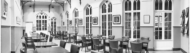leescafé met tafels en stoelen in de bibliotheek van Lier